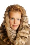 Blonde kaukasische Frau mit ökologischer Pelzhaube Lizenzfreies Stockbild