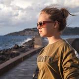 Blonde kaukasische Jugendliche auf einer Seeküste Stockbild