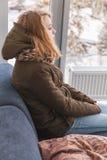 Blonde kaukasische Jugendliche in der warmen Kleidung Lizenzfreies Stockbild