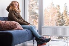 Blonde kaukasische Jugendliche in der warmen Kleidung Stockfotos
