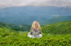 Blonde kaukasische meditierende Frau Ayoung Lizenzfreie Stockfotos