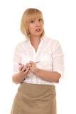 Blonde Kellnerin, die Ordnung nimmt Stockbild