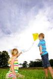 Blonde Kinder draußen an einem sonnigen Tag Stockfotografie