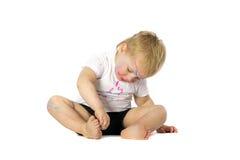 Blonde Kinderfarbenspiele Lizenzfreie Stockfotografie