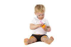 Blonde Kinderfarbenspiele Stockfoto