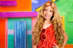 Blonde Kinderglückliches touristisches Mädchen, das in einem tropischen Haus lächelt Lizenzfreies Stockfoto
