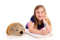 Blonde Kinderstudentin mit Igelbuch Stockfotografie