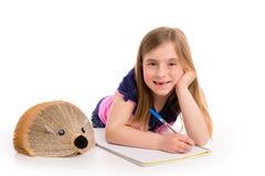 Blonde Kinderstudentin mit Igelbuch Lizenzfreies Stockbild