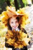 Blonde kleine Prinzessin in einem Park Stockbild