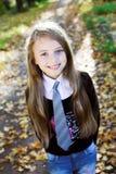 Blonde kleine Prinzessin in einem Park Lizenzfreie Stockbilder
