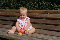 Blonde Kleinkindlachen- und -artäpfel Stockfoto