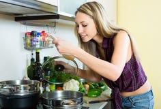 Blonde kochende Suppe Lizenzfreie Stockbilder