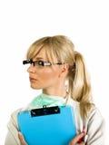 Blonde Krankenschwester mit blauem Notizblock Stockfotografie