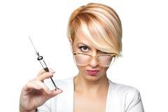 Blonde Krankenschwester mit einer Spritze Lizenzfreie Stockbilder