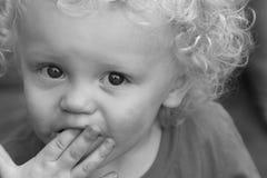 Blonde krullende haired peuterjongen Stock Afbeelding