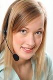 Blonde Kundendienstfrau auf Telefonkopfhörer Stockfotografie