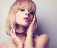 Blonde kurze Frisurenfrau mit der rosa Lippenstiftaufstellung Getontes Cl Lizenzfreie Stockbilder