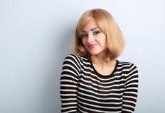 Blonde lächelnde Frau des schönen Makes-up mit kurzer Frisur in Fa Lizenzfreie Stockfotos