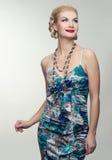 Blonde lächelnde Frau im bunten Kleid Lizenzfreies Stockbild