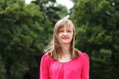 Blonde lächelnde Frau mit dem langen Haar Lizenzfreies Stockfoto