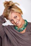 Blonde lächelnde gebräunte Frau Lizenzfreie Stockfotos