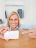 Blonde lächelnde Geschäftsfrau, die auf eine Karte zeigt Stockbilder