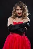Blonde lächelnde romantische Frau, die sich umarmt Lizenzfreie Stockbilder