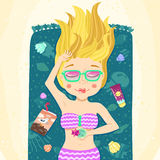 Blonde lange hören, dass Sommermädchen auf dem Strand ein Sonnenbad nimmt Stockfotografie