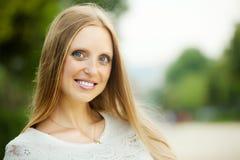 Blonde langhaarige erwachsene Frau Stockbild