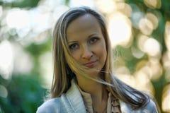 Blonde langhaarige erwachsene Frau Lizenzfreies Stockfoto