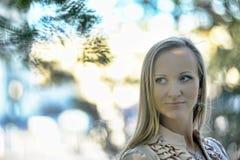 Blonde langhaarige erwachsene Frau Lizenzfreie Stockfotografie
