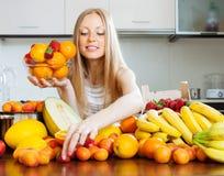 Blonde langhaarige Frau, die Früchte wählt Lizenzfreies Stockbild