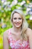 Blonde langhaarige Frau mit einem hinreißend Lächeln Lizenzfreies Stockfoto