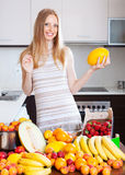 Blonde langhaarige Frau mit Melone Lizenzfreie Stockfotografie