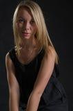 Blonde langhaarige junge Frau Lizenzfreies Stockfoto