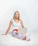 blonde laptop woman Στοκ φωτογραφίες με δικαίωμα ελεύθερης χρήσης