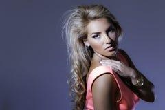 Blonde Latina-Golduhrzeiger-Schulter Lizenzfreie Stockfotografie