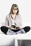 Blonde Lesung Lizenzfreies Stockbild