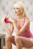 Blonde lindo en color de rosa Imagen de archivo libre de regalías
