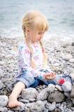 Blonde Mädchen-Baustein-Wand auf Rocky Beach Lizenzfreie Stockfotografie
