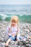 Blonde Mädchen-Baustein-Wand auf Rocky Beach Lizenzfreie Stockbilder