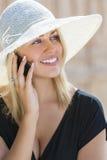 Blonde Mädchen-Frau, die am Handy spricht Stockbilder
