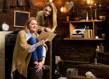 Blonde Mädchen mit hellem Lächeln zusammen lesend Frau eingewickelt im woolen umfassenden haltenen Buch Mutter und Tochter Lizenzfreies Stockbild