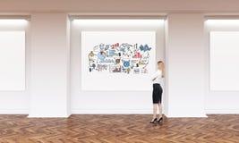 Blonde Mädchen- und Geschäftsskizze in der Kunstgalerie Stockbild