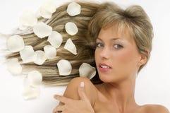 Blonde Mädchenblumenblätter Stockbild
