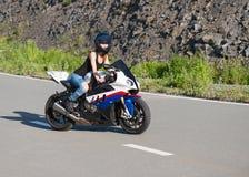 Blonde Mädchenfahrten auf modernes Motorrad Stockbilder