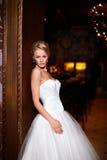 schöne sexy Braut im weißen Hochzeitskleid Lizenzfreie Stockfotos