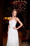 Schöne sexy Braut im weißen Hochzeitskleid Lizenzfreies Stockfoto