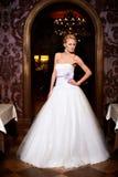 Schöne sexy Braut im weißen Hochzeitskleid Lizenzfreie Stockfotografie