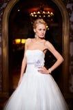 Schöne sexy Braut im weißen Hochzeitskleid Stockbilder